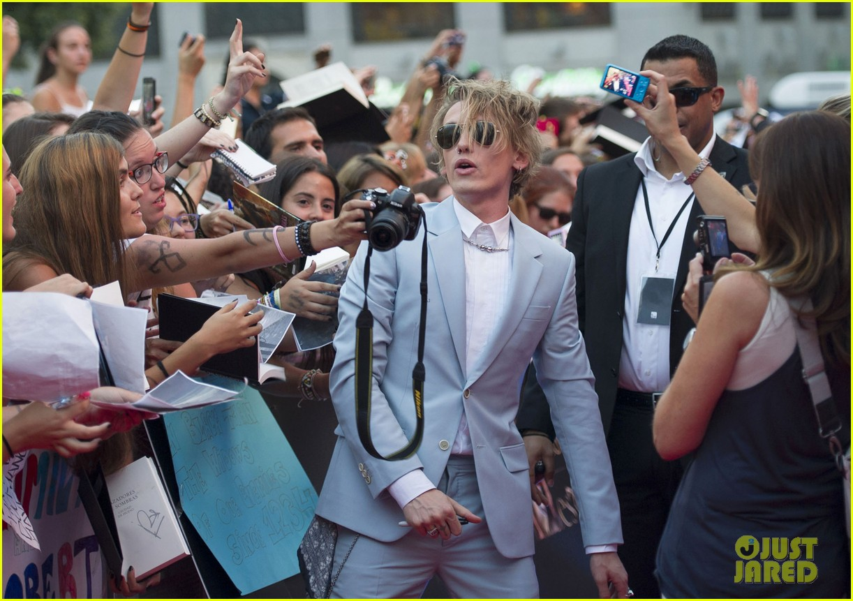 lily collins jamie campbell bower mortal instruments madrid premiere 09