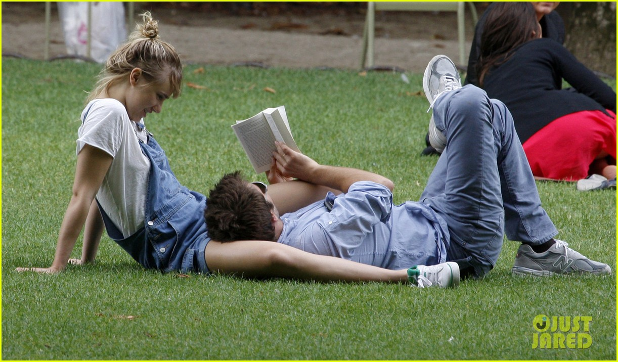 bradley cooper suki waterhouse snuggle in paris park 032938307