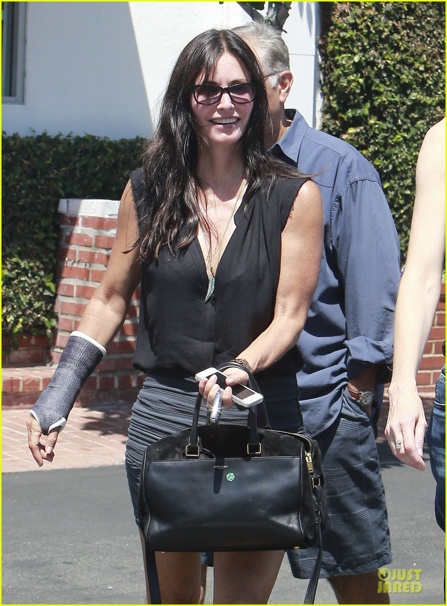 courteney cox grey cast for injured wrist 022931909