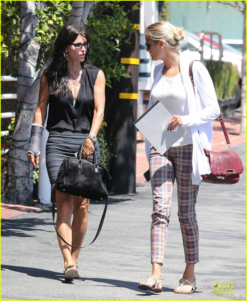courteney cox grey cast for injured wrist 062931913