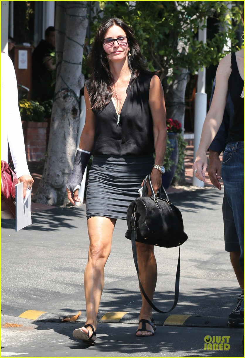 courteney cox grey cast for injured wrist 102931917