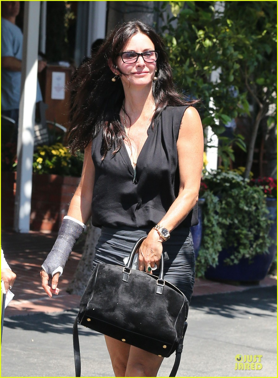 courteney cox grey cast for injured wrist 112931918