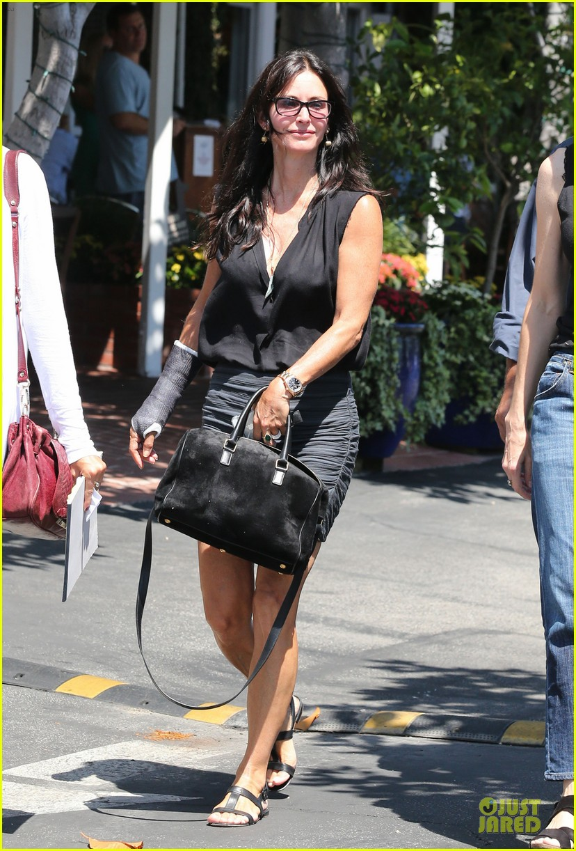 courteney cox grey cast for injured wrist 122931919