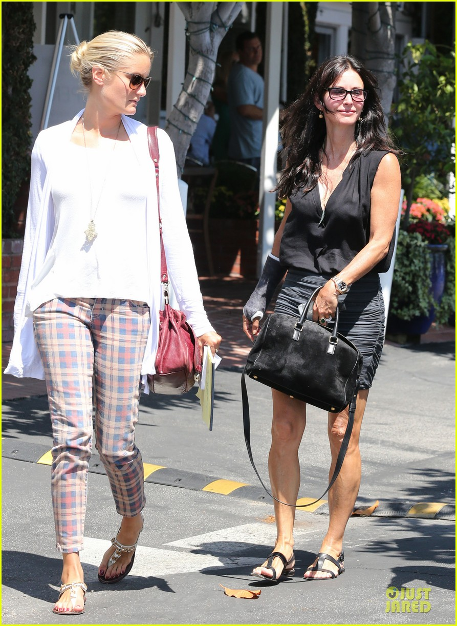 courteney cox grey cast for injured wrist 132931920