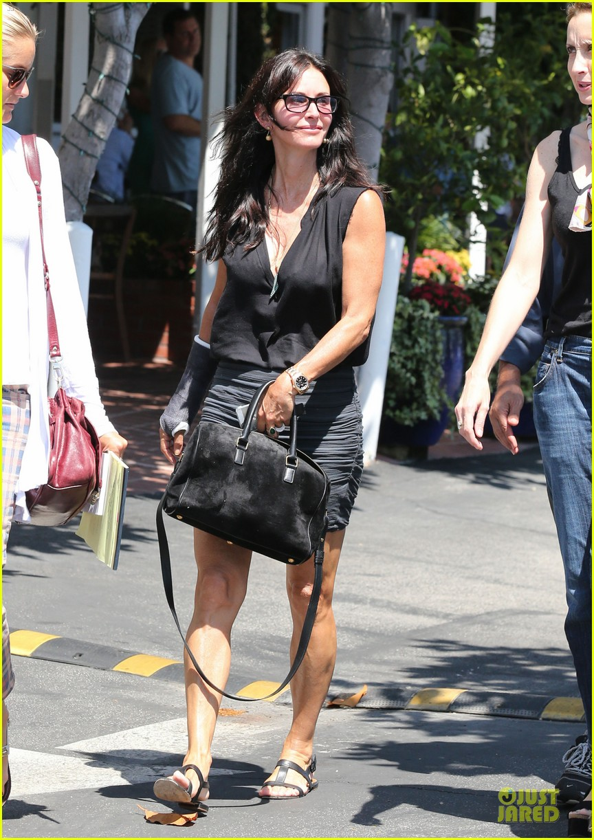 courteney cox grey cast for injured wrist 142931921