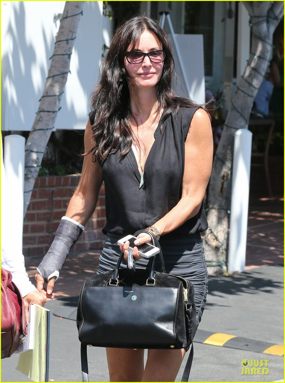 courteney cox grey cast for injured wrist 162931923