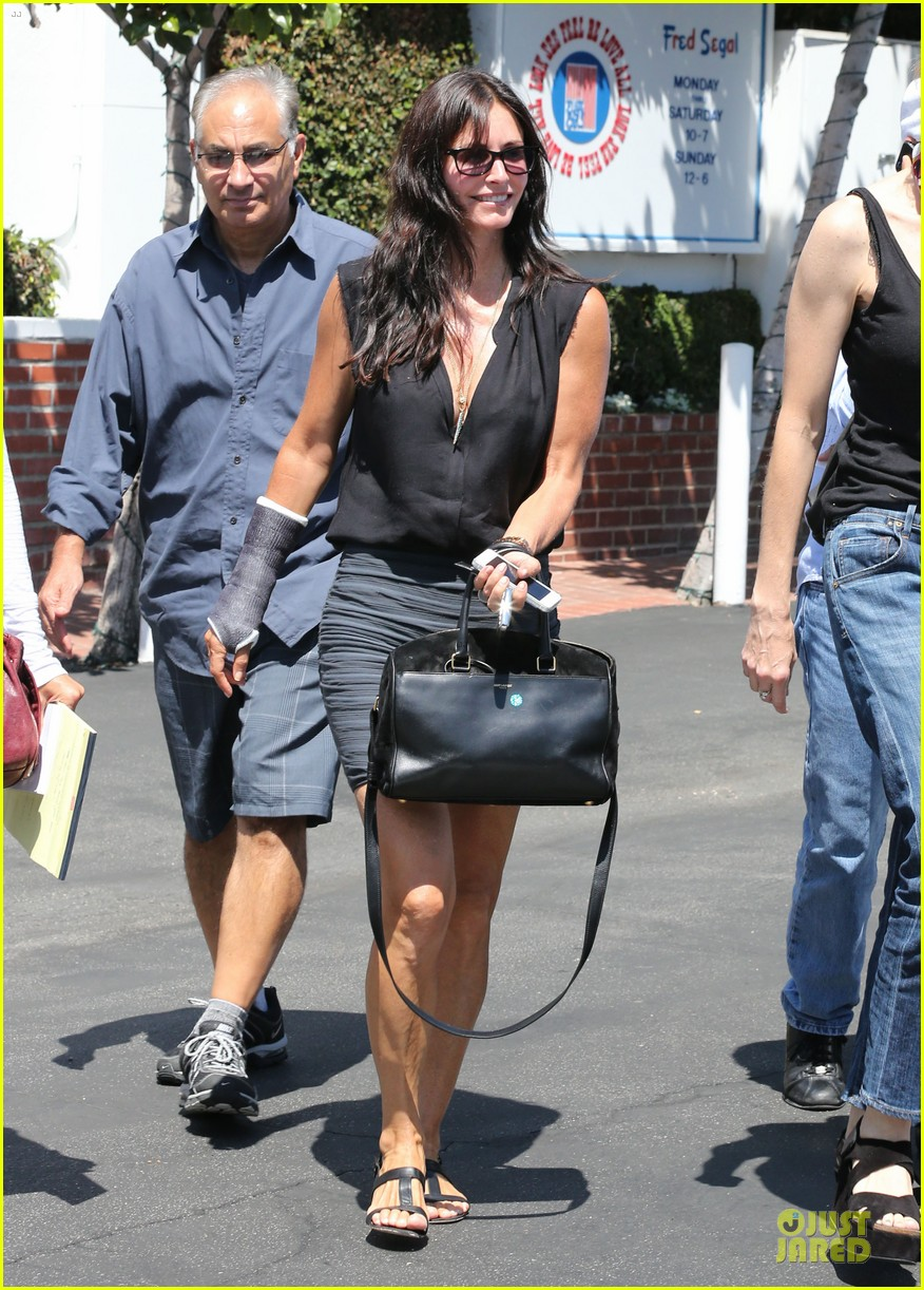 courteney cox grey cast for injured wrist 182931925