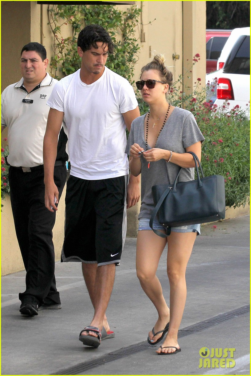 kaley cuoco walks arm in arm with ryan sweeting 02