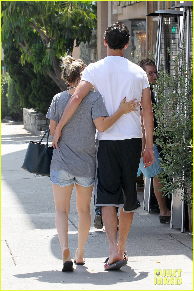 kaley cuoco walks arm in arm with ryan sweeting 032923994