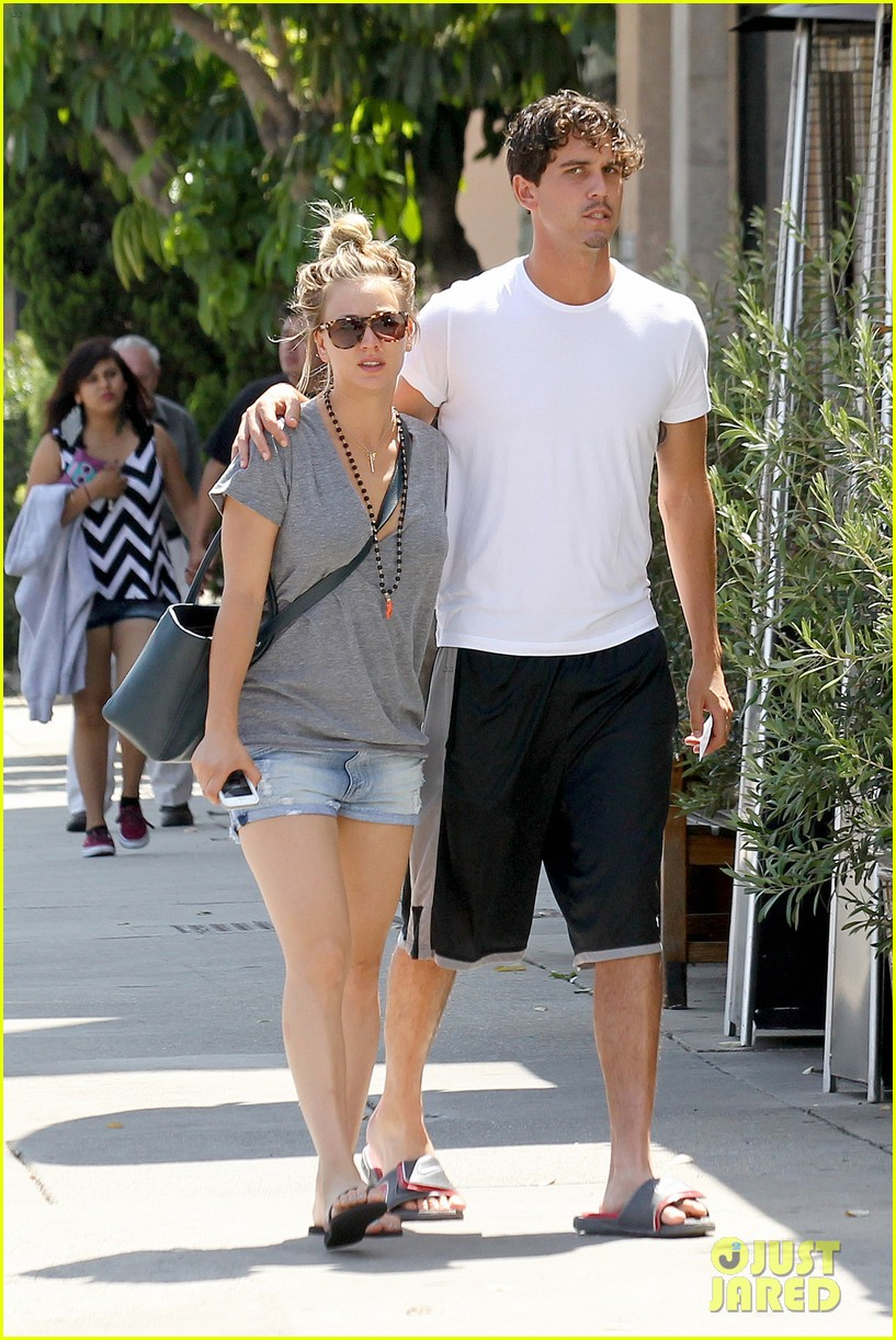 kaley cuoco walks arm in arm with ryan sweeting 06