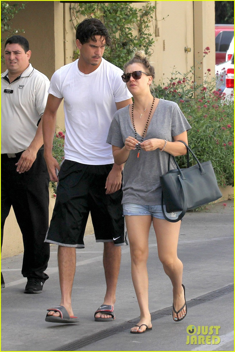kaley cuoco walks arm in arm with ryan sweeting 08