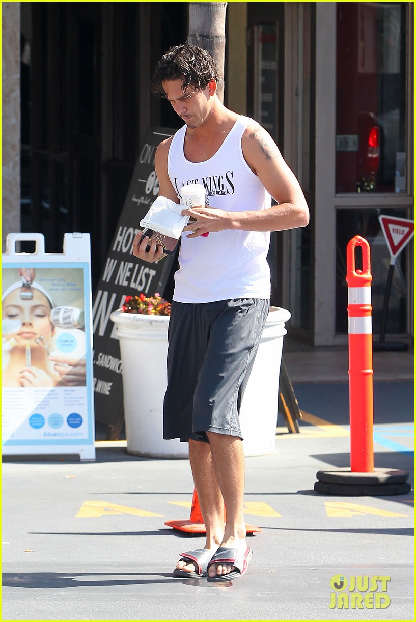 kaley cuoco walks arm in arm with ryan sweeting 162924007