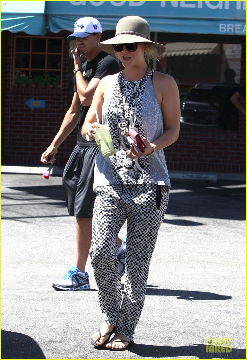 kaley cuoco ryan sweeting lunch after michael jackson marthon 03