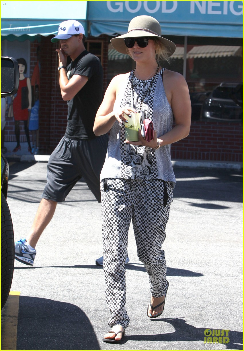 kaley cuoco ryan sweeting lunch after michael jackson marthon 05