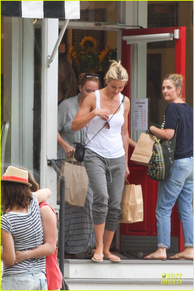 cameron diaz shows toned arms for friends gathering 052936415