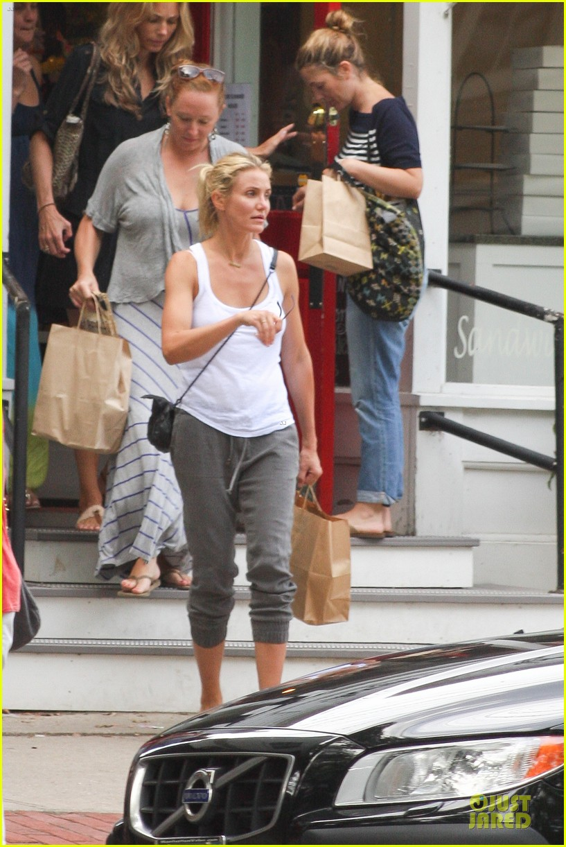 cameron diaz shows toned arms for friends gathering 10