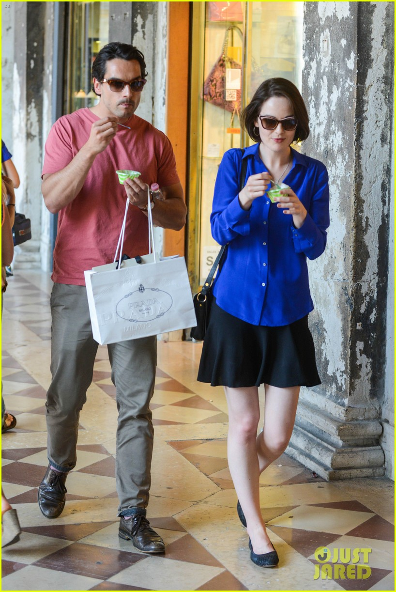 michelle dockery steps out with hunky new mystery boyfriend 052941386