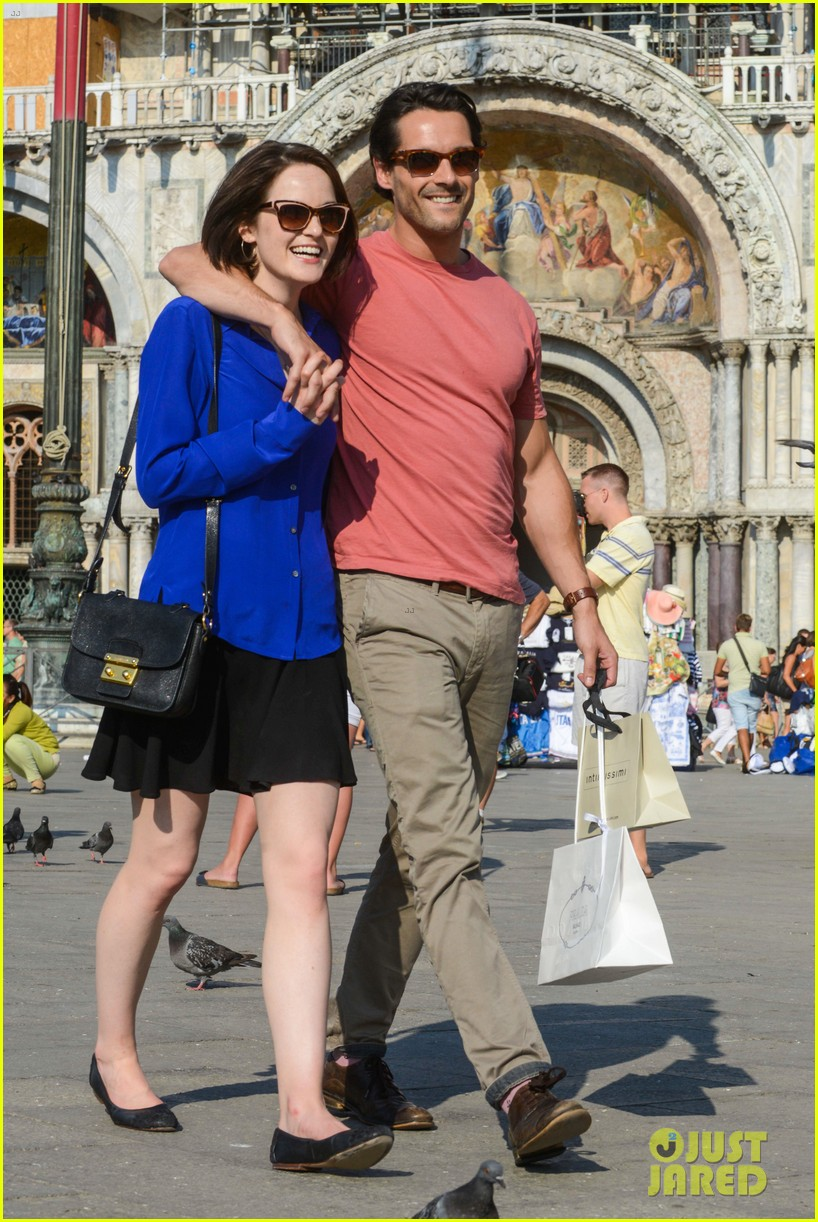michelle dockery steps out with hunky new mystery boyfriend 082941389
