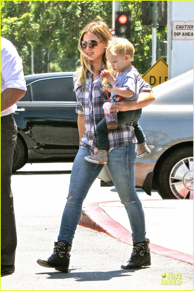 hilary duff mike comrie start weekend with groceries 012927372