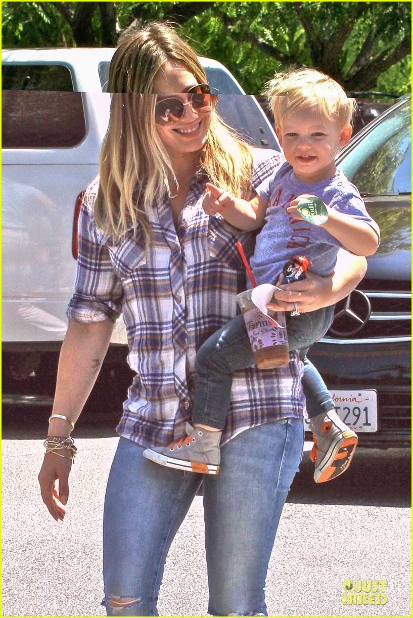 hilary duff mike comrie start weekend with groceries 022927373