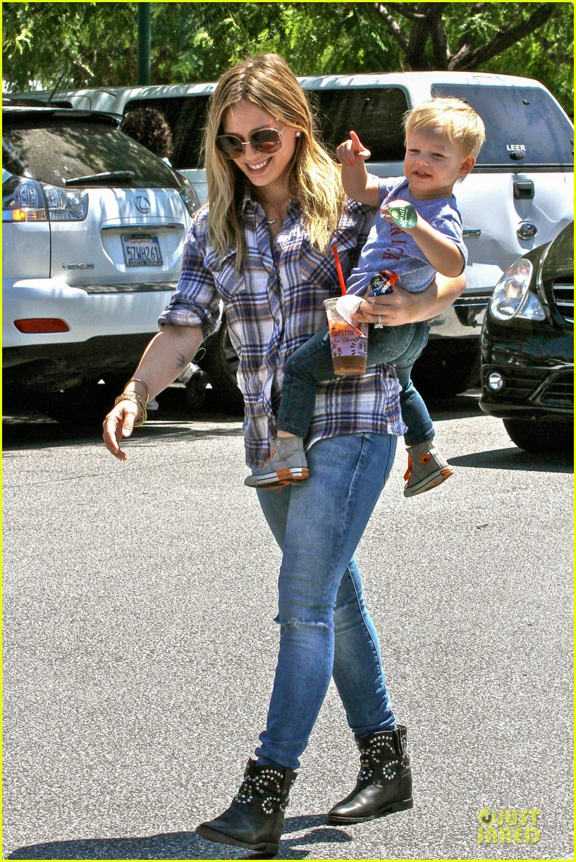 hilary duff mike comrie start weekend with groceries 092927380