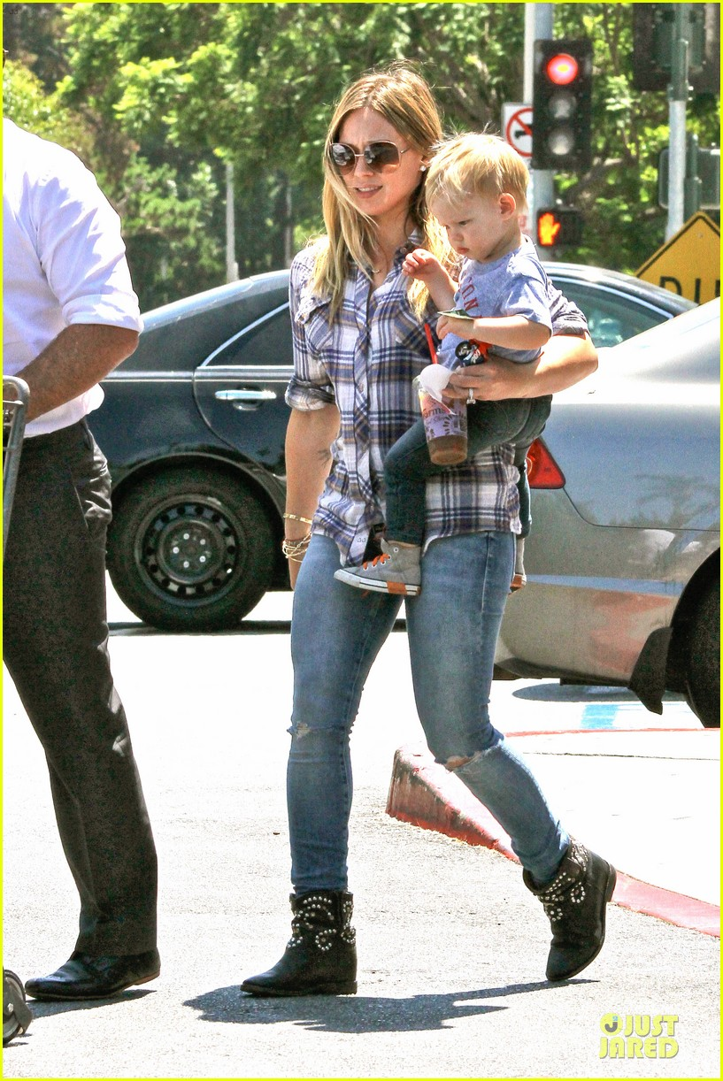 hilary duff mike comrie start weekend with groceries 102927381