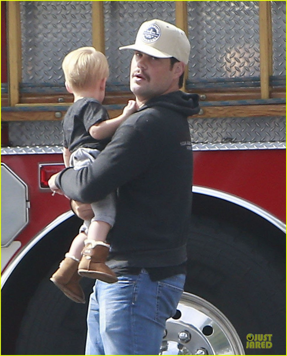 hilary duff mike comrie start weekend with groceries 182927389