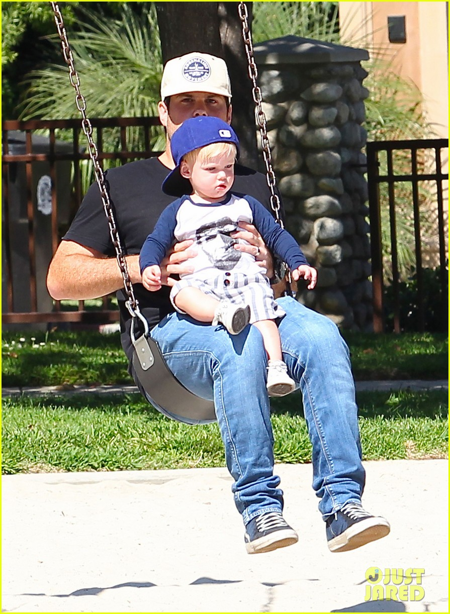 hilary duff mike comrie park day with luca 02