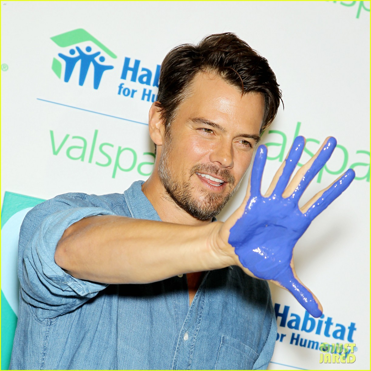 josh duhamel lends a helping hand at valspar charity event 012933449