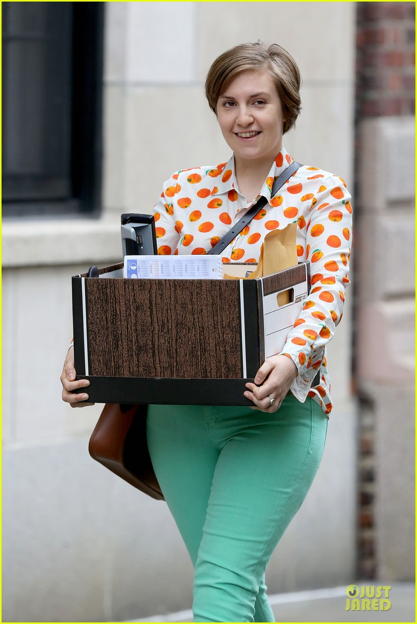 lena dunham box carrying gal on girls set 04