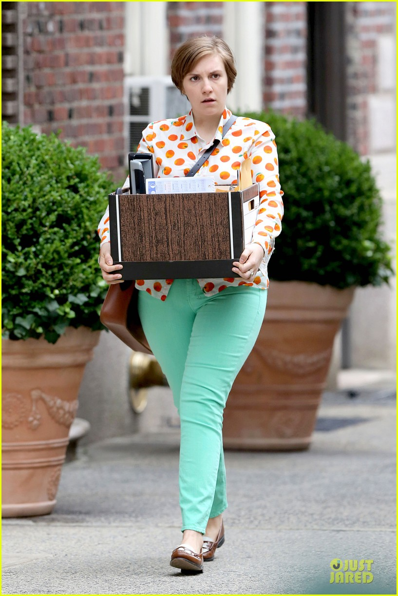 lena dunham box carrying gal on girls set 05
