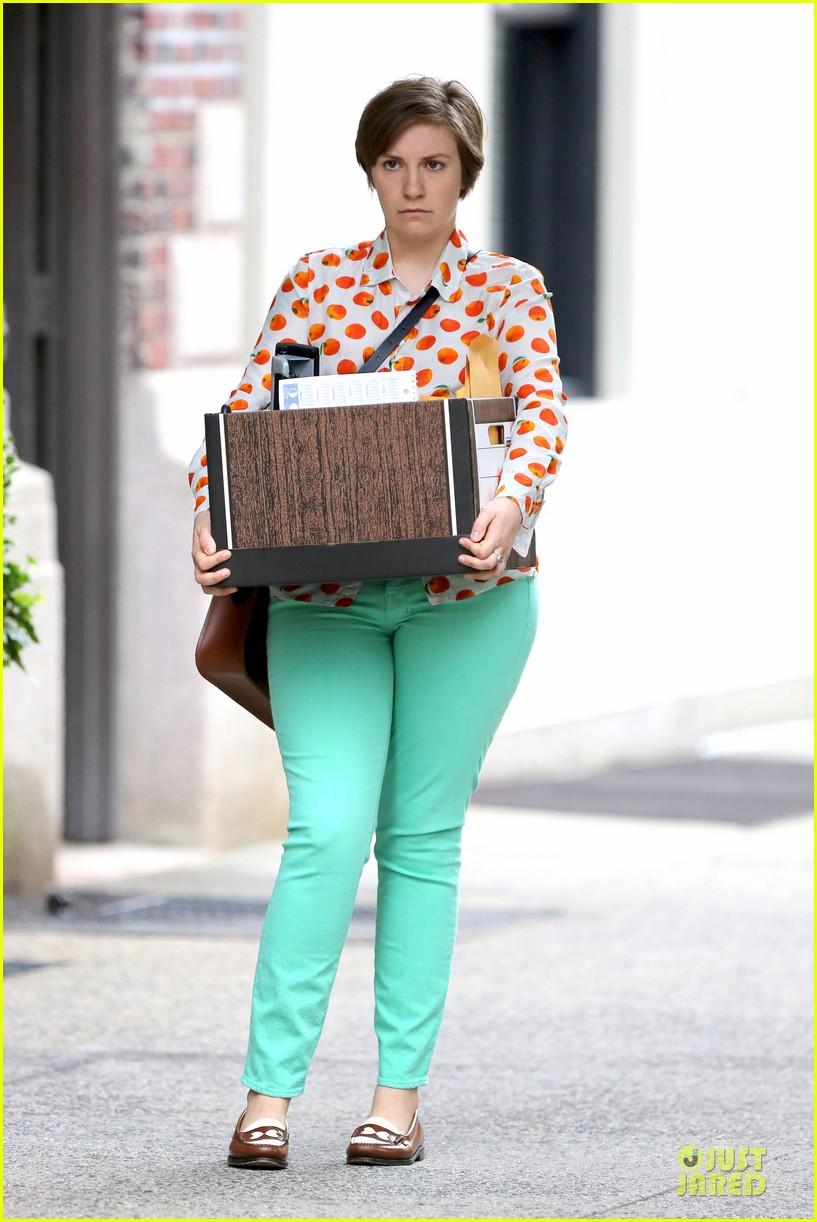 lena dunham box carrying gal on girls set 072934175