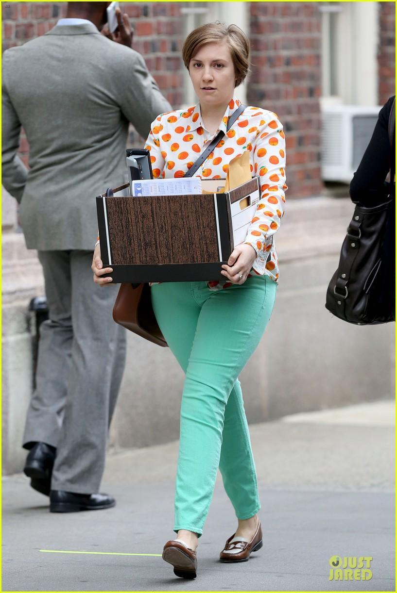 lena dunham box carrying gal on girls set 102934178