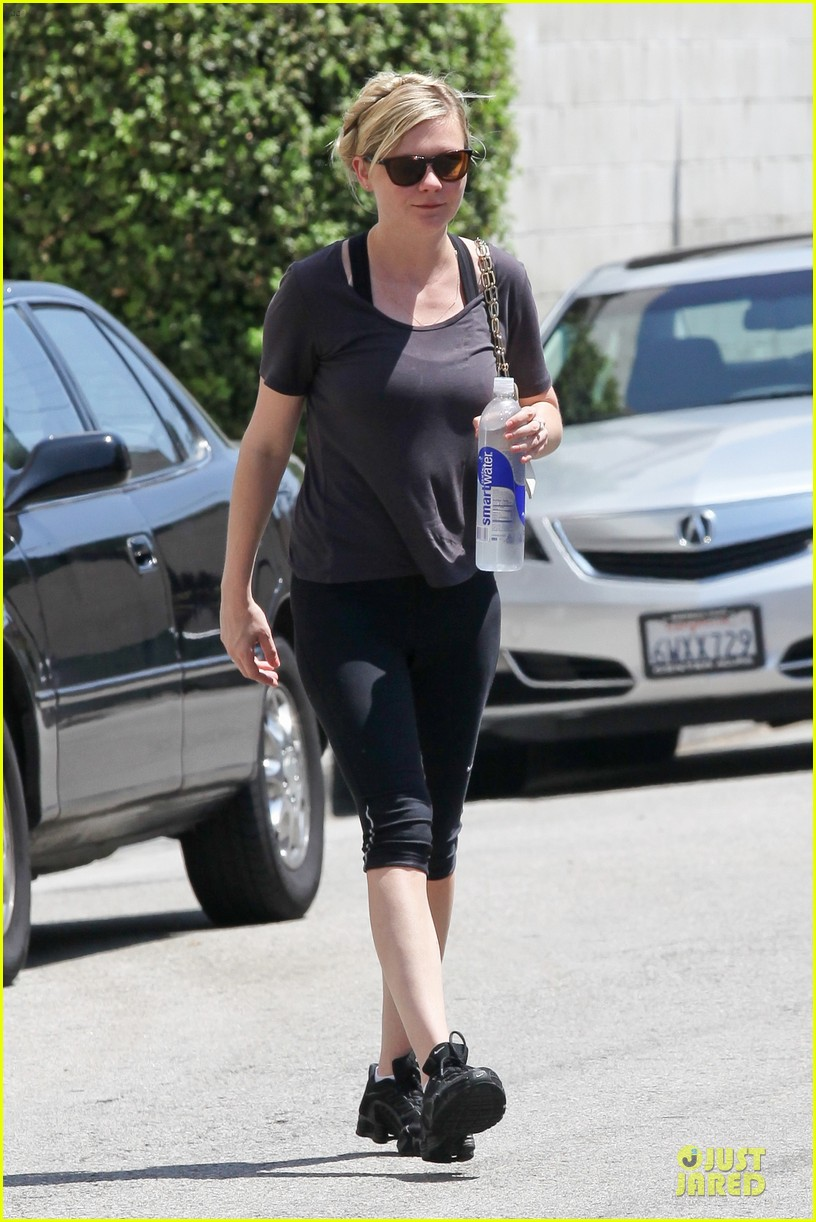 kirsten dunst continues water workout routine 032930358