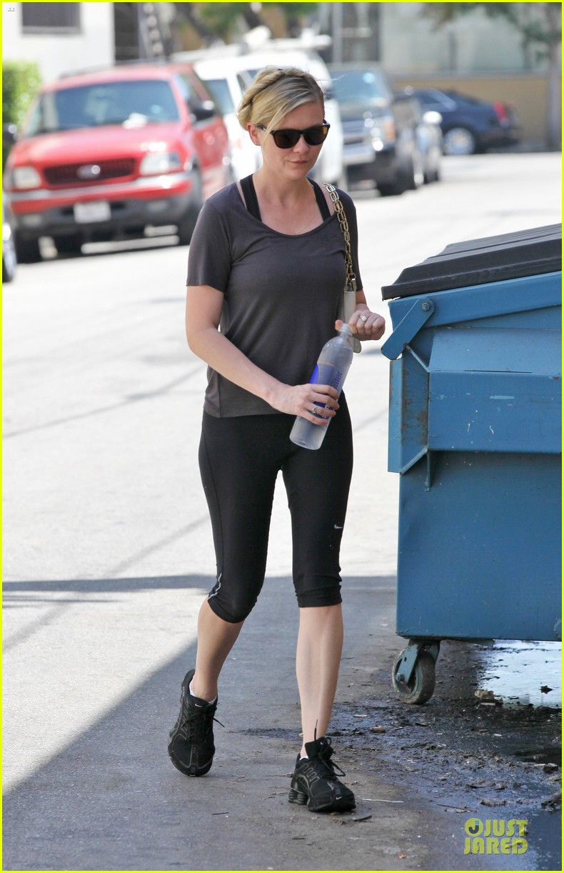 kirsten dunst continues water workout routine 042930359