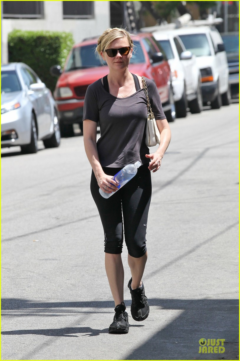 kirsten dunst continues water workout routine 142930369