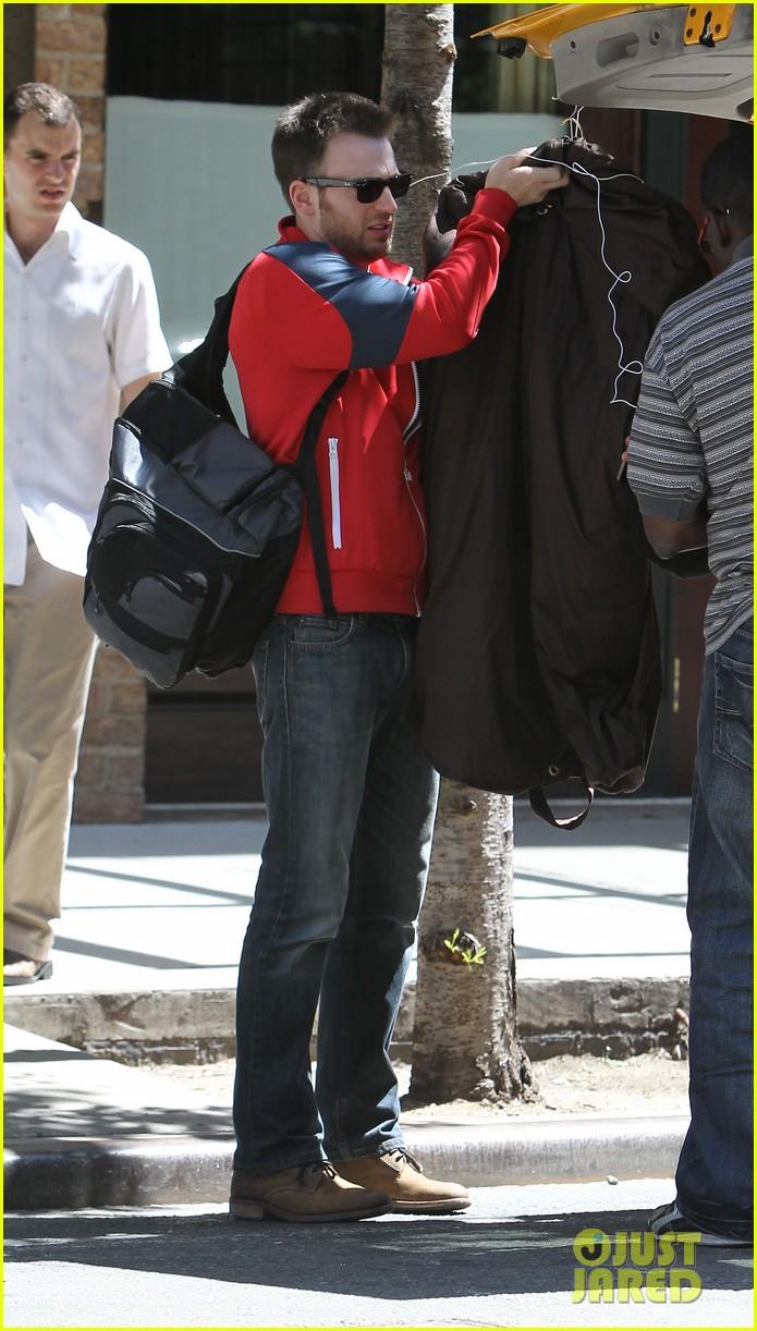 chris evans checks out of hotel minka kelly premieres butler 162924425