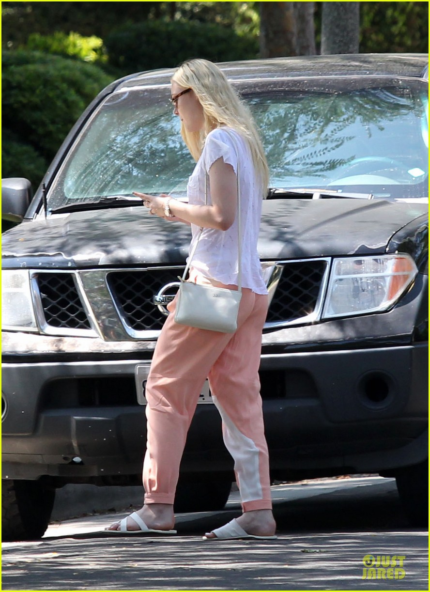 elle fanning visits friends on the weekend 012927535