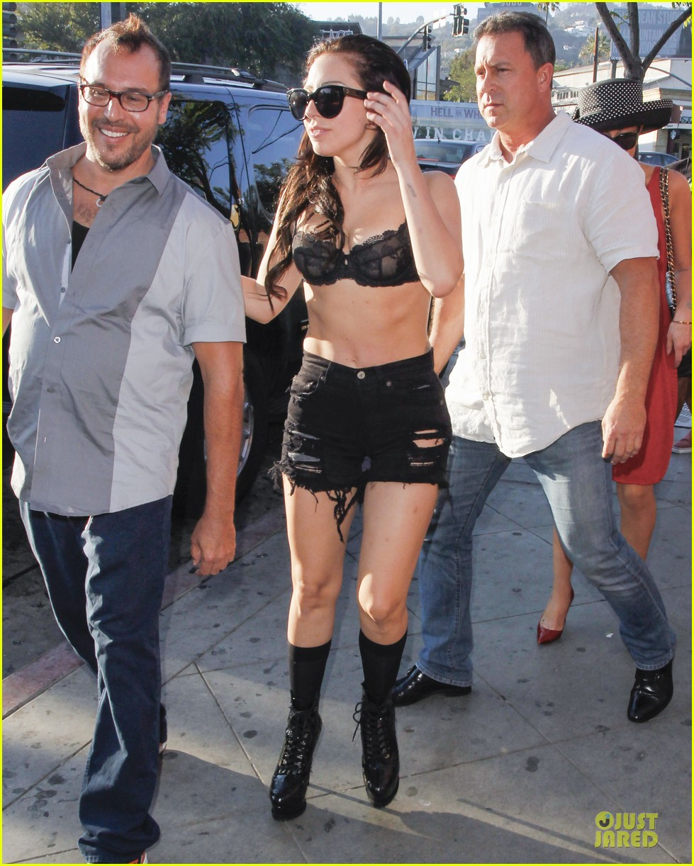 lady gaga wears black for the abbey 03