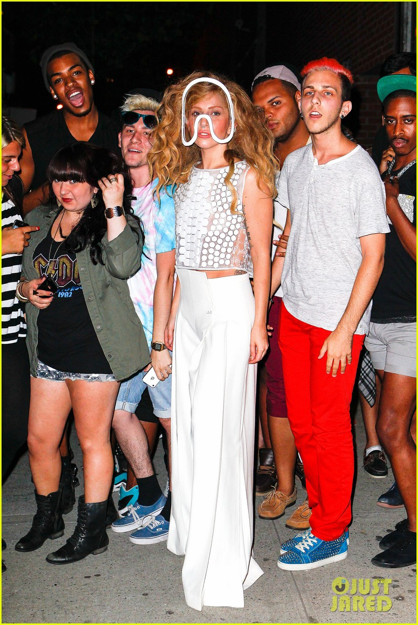 lady gaga wears clear face mask while meeting fans 082935077