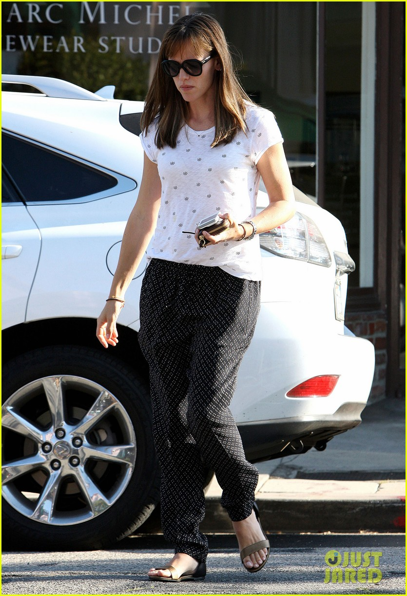 jennifer garner steps out after ben affleck batman news 012935772