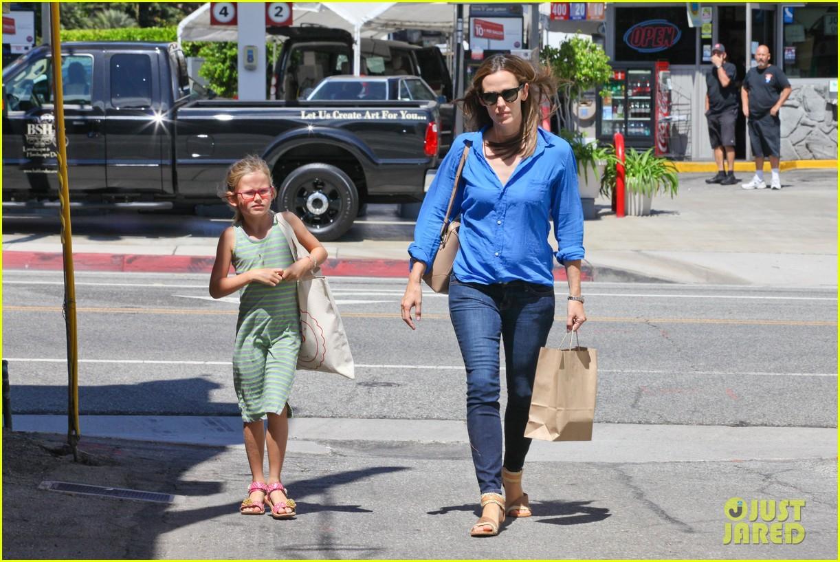 jennifer garner runs errands with violet seraphina 122925320
