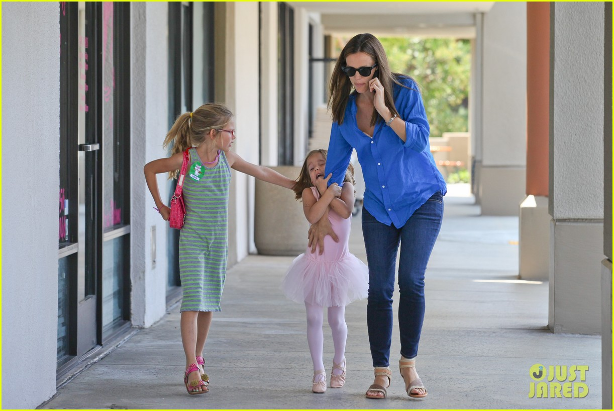 jennifer garner runs errands with violet seraphina 142925322