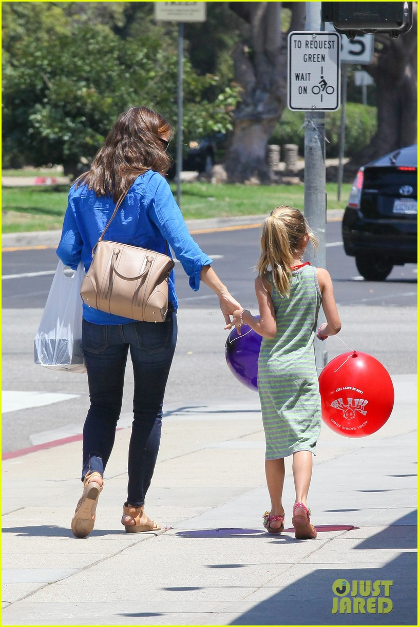 jennifer garner runs errands with violet seraphina 30