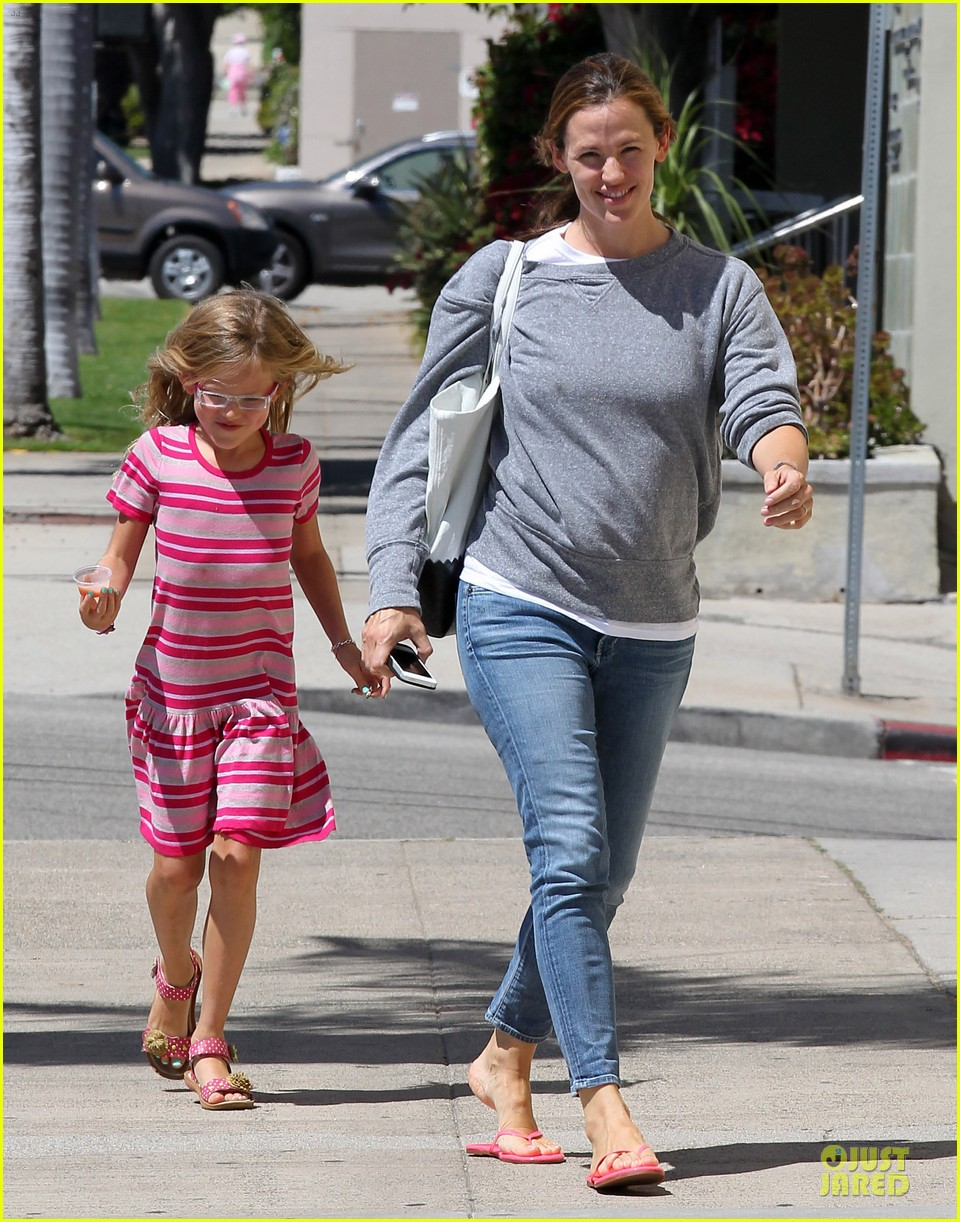 jennifer garner violet start week with errands 012924594