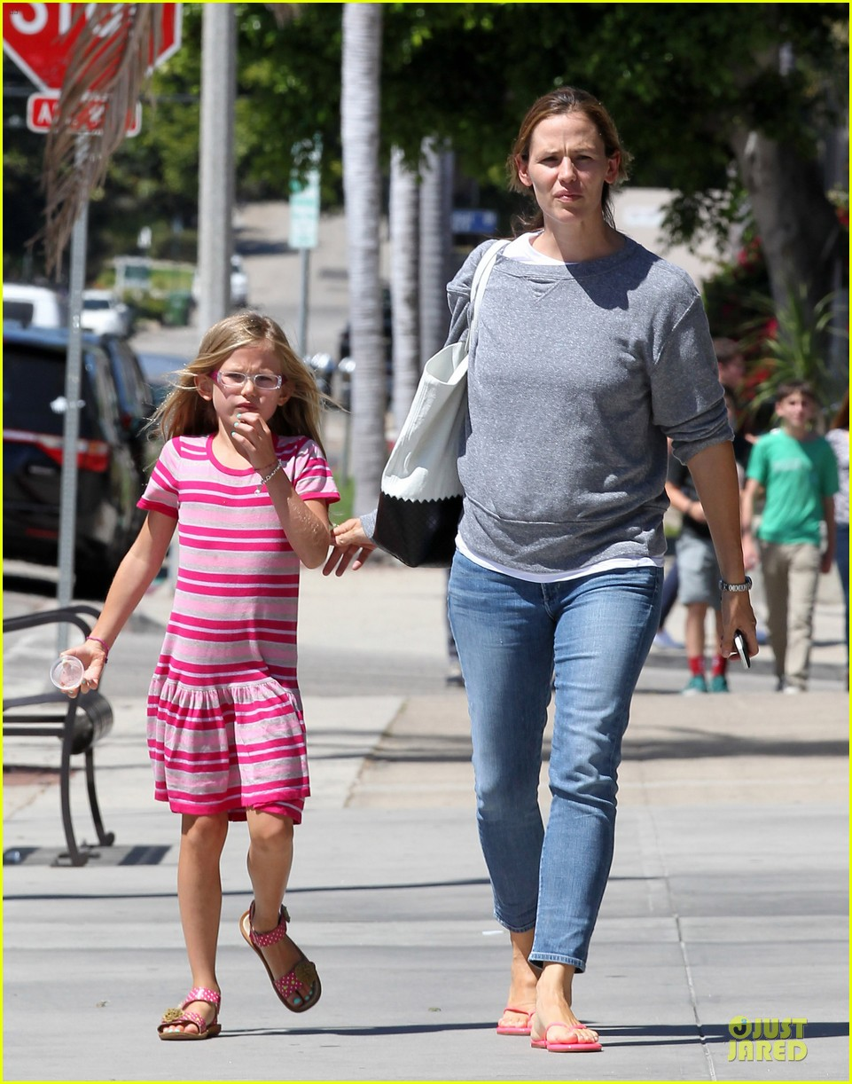 jennifer garner violet start week with errands 08