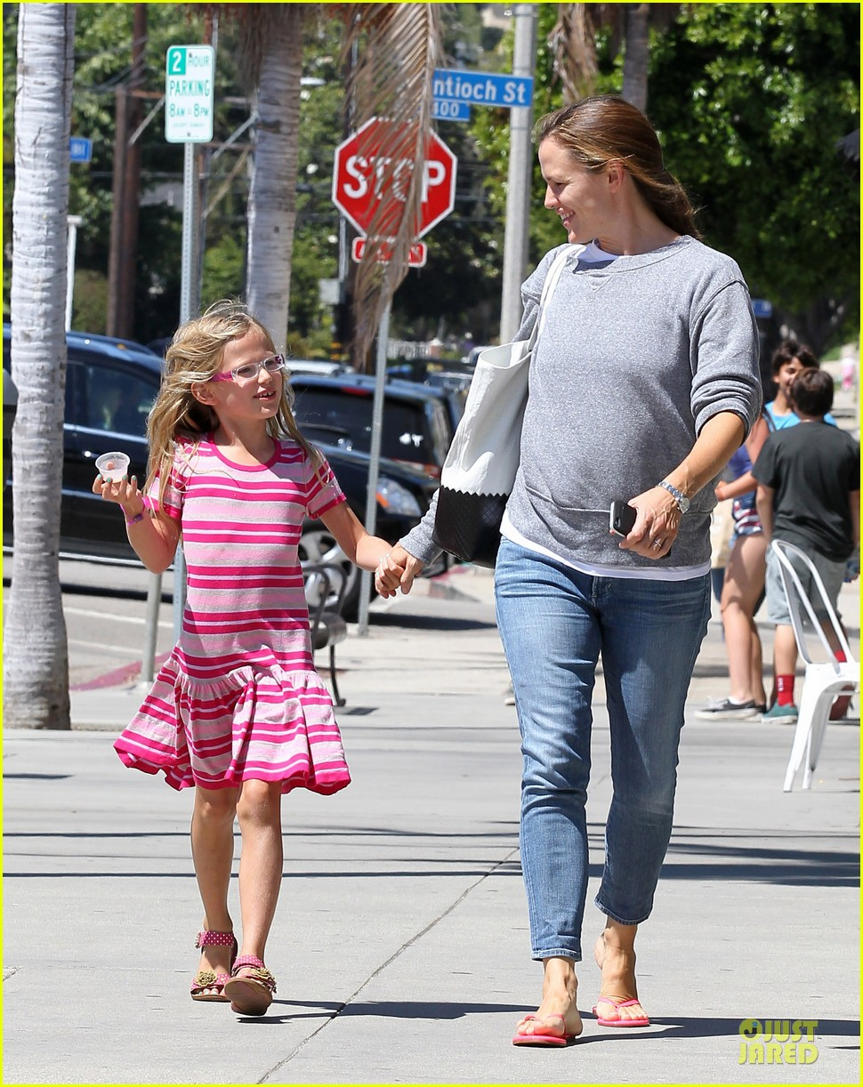 jennifer garner violet start week with errands 102924603