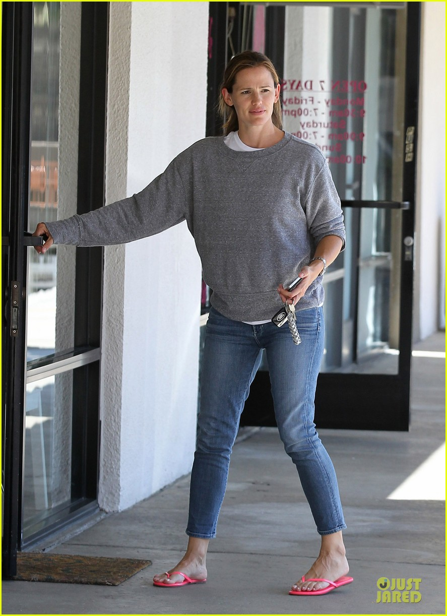 jennifer garner violet start week with errands 162924609
