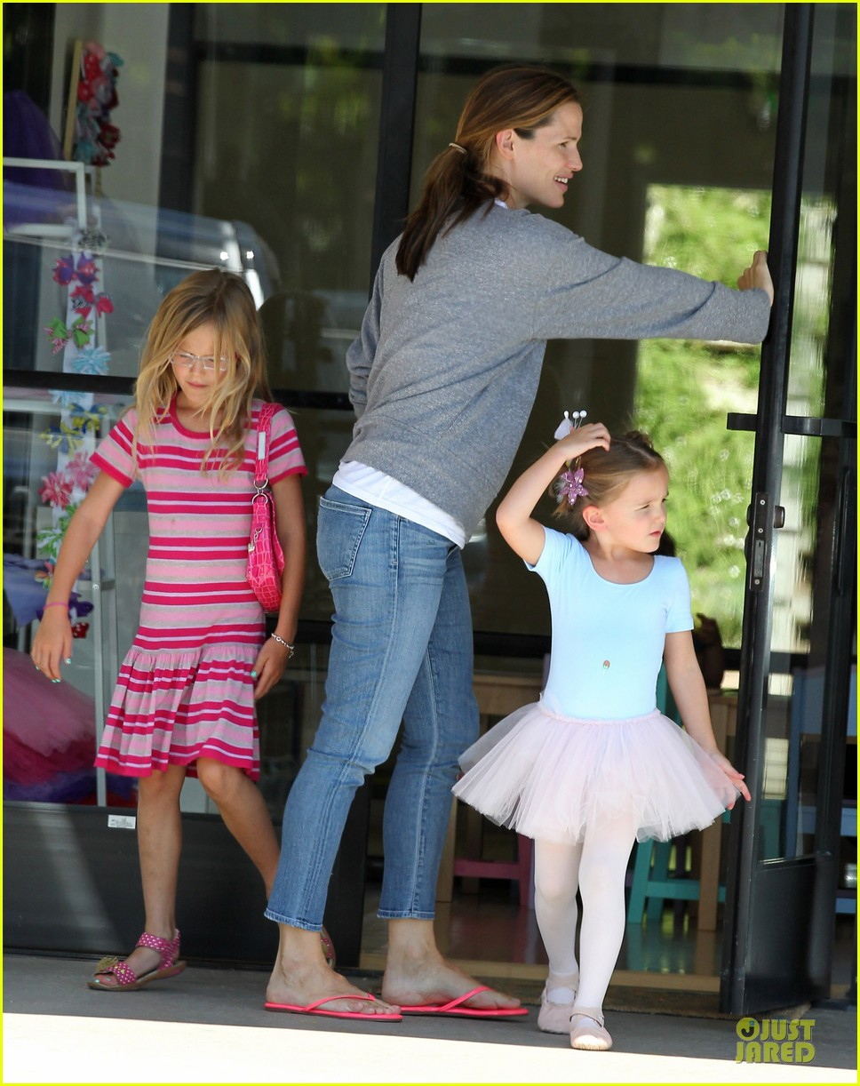 jennifer garner violet start week with errands 182924611