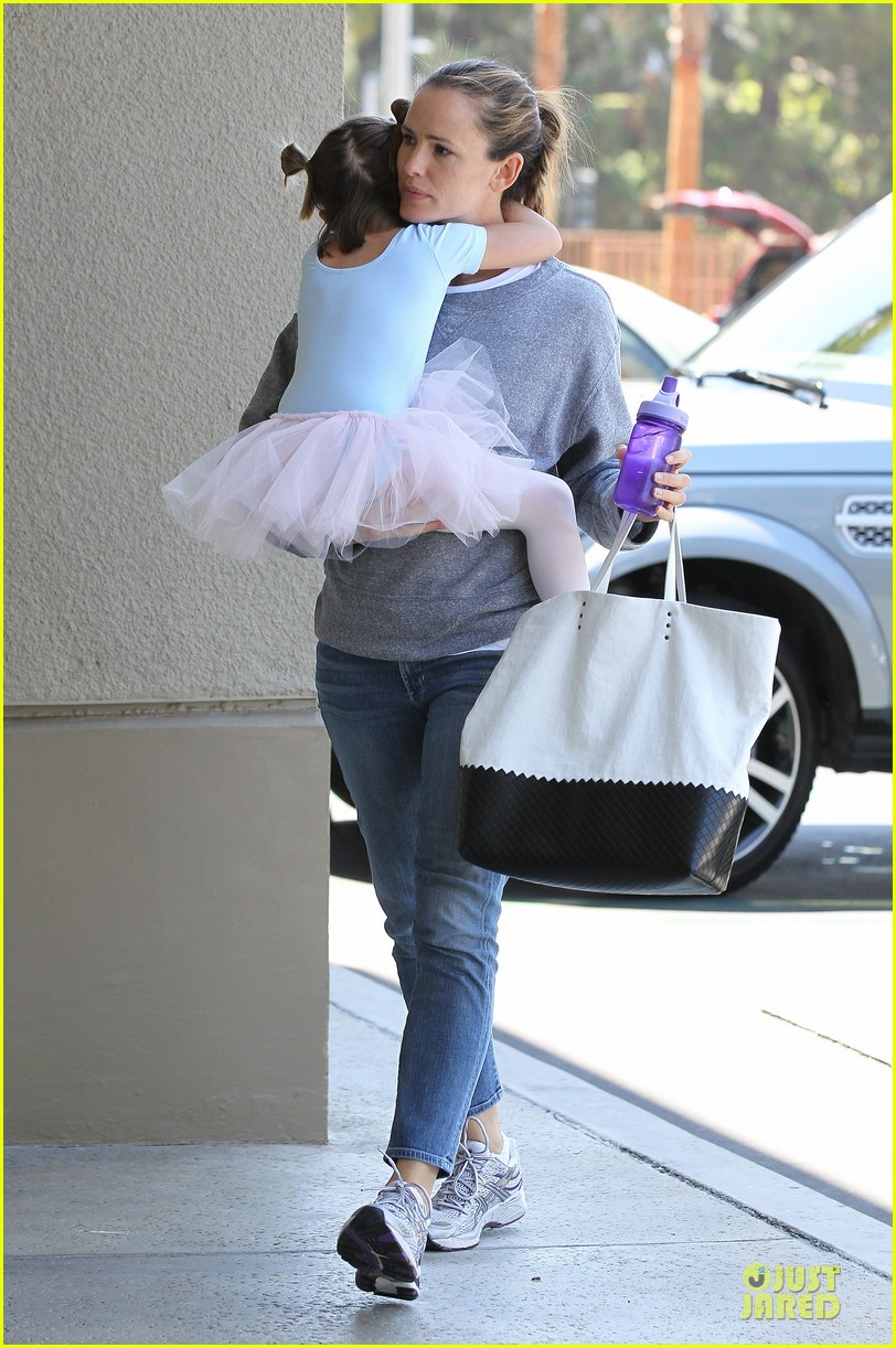 jennifer garner violet start week with errands 26